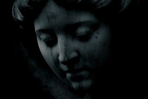 statue femme pleure cimetière