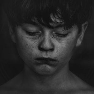 garçon pleure triste maltraitance