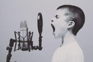 Garçon crier chanter micro